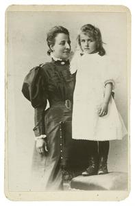 Portret van Cecilia de Graaff (1871-1939) en Maria Wilhelmina de Stoppelaar (1900-?)