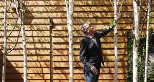 Joost Swarte in de tuin bij zijn atelier