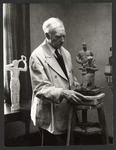 De beeldhouwer Jan Bronner aan het werk