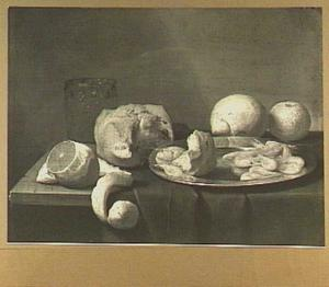 Stilleven van bord met brood en garnalen, een noppenbeker een stuk brood en citrusvruchten