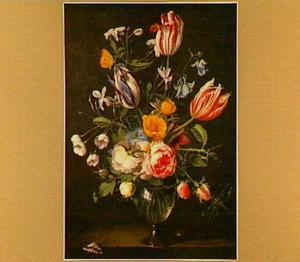 Rozen en tulpen in een glazen vaas, linksonder een vlinder