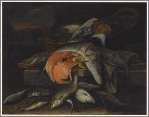 Visstilleven met een snoek, een moot zalm, een mand op een stenen plint