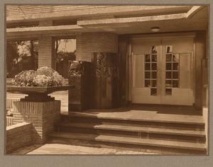 Toegang met sculpturen van een huis in Den Haag, circa 1935