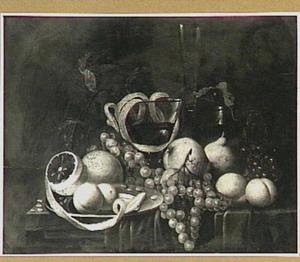 Vruchtenstilleven en glaswerk op tafel met donker kleed