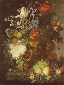 Stilleven met bloemen en vruchten in een gebeeldhouwde vaas, op een stenen plint