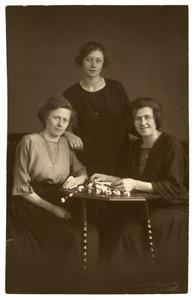 Portret van Alida Apolonia Alexandrina Bauer (1894-?), Johanna Allegonda Jacoba Bauer (1898-?) en Apolonia Franciska Hendrika Bauer (1904-?)
