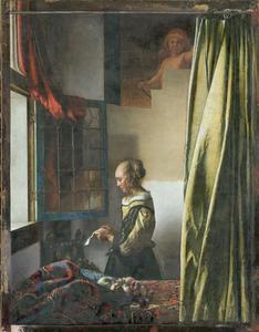 Meisje leest een brief bij een raam