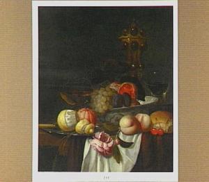 Stilleven met vruchten in een porseleinen schaal en op een tinnen bord, siervaatwerk, en een roos