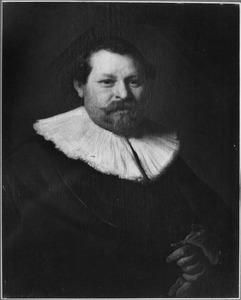 Portret van een man met een slappe plooikraag