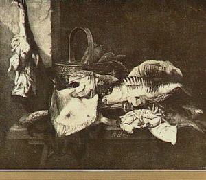 Stilleven met dode vissen, een mandje met wortelen en een stuk vlees aan de muur