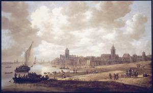 Gezicht op Nijmegen vanuit het westen met het Valkhof en de Stevenskerk, een veerboot en andere schepen op de Waal