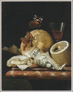 Stilleven met een glas wijn, vruchten, een oester en een opgerold bedrukt papier op een marmeren blad