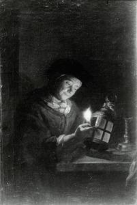 Oude vrouw, een brandende kaars in een lantaarn plaatsend