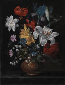 Bloemen in een terracotta vaas met medaillon op een marmeren blad