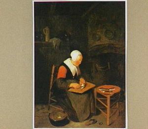 Oude vrouw in een keuken die vissen schoonmaakt