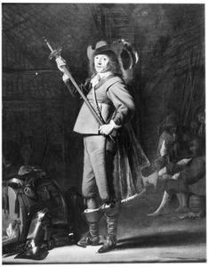 Staande officier in een schuur, met figuren op de achtergrond