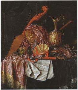 Stilleven met muziekinstrumenten, siervaatwerk en gravures op een zijden tafelkleed