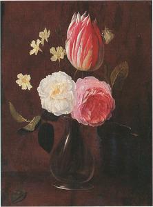 Stilleven met een tulp, twee rozen en enkele andere bloemen in een glazen vaas