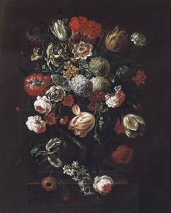 Stilleven van bloemen in een vaas op een stenen sokkel