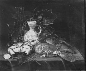 Stillleven met krab, kreeft, glazen en schenkkan op een tafel