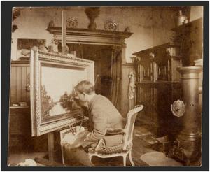 De schilder Nicolaas Bastert (1854-1939) werkend in zijn atelier