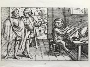 Twee mannen wijzend naar een aap zittend aan een schrijftafel
