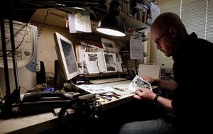 Marcel van Eeden aan het werk in zijn atelier