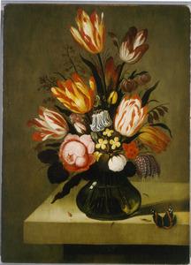 Bloemen in een glazen vaas, met daarnaast een atalanta, op een stenen plint