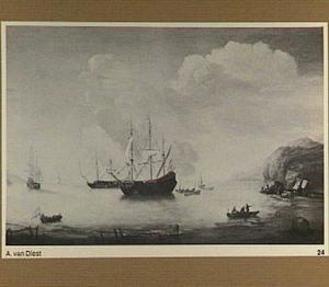 Mediterraan kustgezicht met oorlogsschepen voor anker in een baai