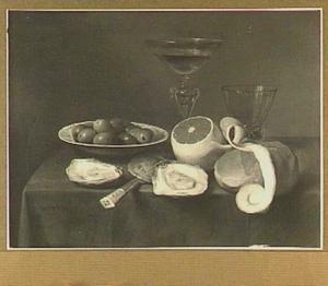 Stilleven van schaal met olijven, wijnglas, roemer, citroen, brood en twee oesters op een tafel