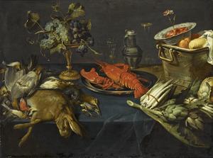 Stilleven met jachtbuit, fruit, groenten en een kreeft op een deels gedekte tafel