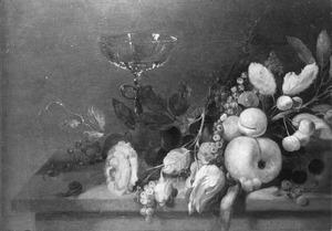 Stillleven met rozen en vruchten op een tafel