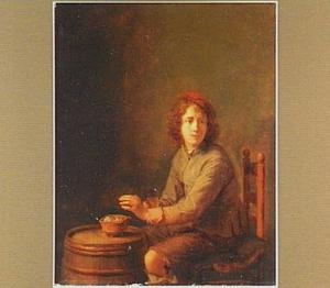 Jonge man warmt zijn handen aan een vuurtestje