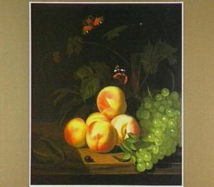 Stilleven met perziken, druiven, vlinders en een wijnglas op een tafel