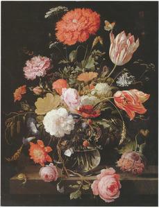 Bloemen en een tak met bramen in een glazen vaas