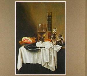 Stilleven met ham, roemer en tazza op tafel met wit dek en donker kleed