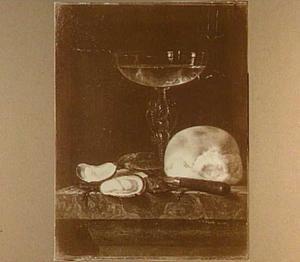 Stilleven met een Venetiaans glas, oesters en een broodje