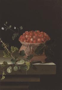 Stilleven met pot met aardbeien en takje kruisbessen