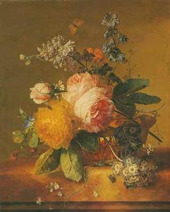 Rozen en andere bloemen in een rieten mand op een marmeren blad