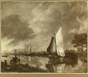 Riviergezicht met smalschip en jacht bij avondschemering; links op de voorgrond