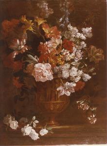 Stilleven met Keizerskroon, tulpen en andere bloemen in een vaas, versierd met offerscène, op een stenen plint