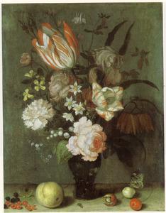 Stilleven van bloemen in een roemer en vruchten op een plint