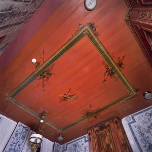 Met ornamenten beschilderd plafond
