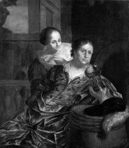 Man die drinkt en een vrouw die hem een vis aanbiedt