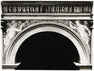 Engeltjes met bisschopsstaf en processiekruis; processie met putti