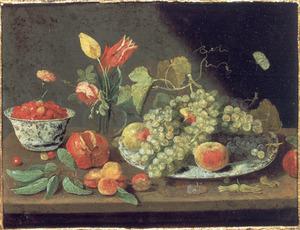Stilleven met fruit op een bord, bloemen in een glazen vaas en aarbeien in kommetje