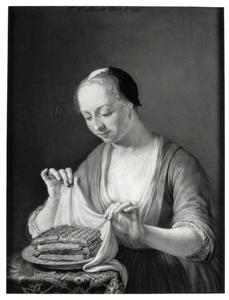 Een vrouw bekijkt een schotel wafels