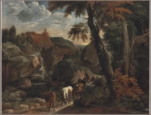 Bebost berglandschap met een waterval en een herder met koeien op een zandweg