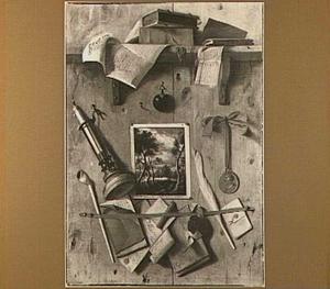 Trompe l'oeil met landschapsprent, geschriften, een pijp en een kandelaar