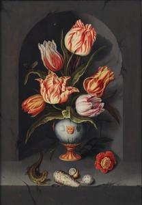 Vaas met zes tulpen in een nis